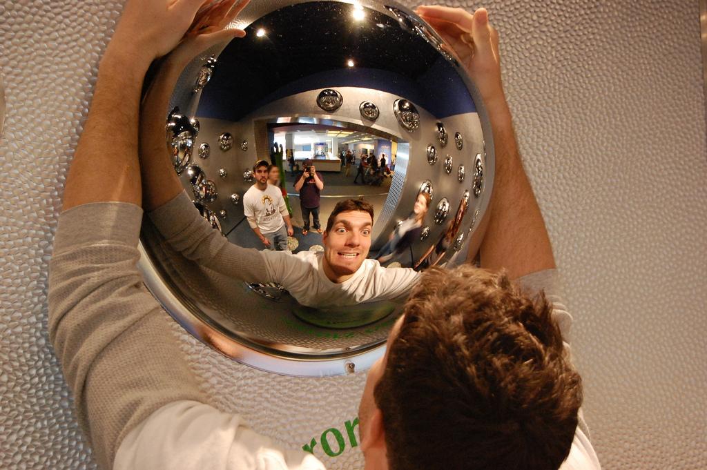 筋トレフォームが確認できる全身鏡の画像